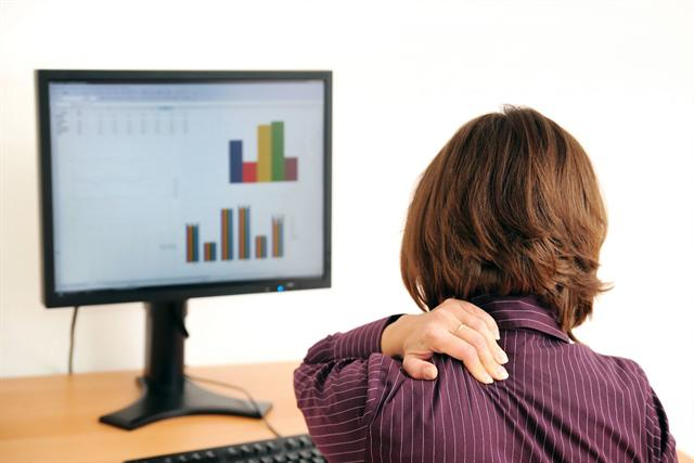Wer täglich endlose Stunden vor dem Rechner verbringt, muss sich nicht wundern, wenn der Köper mit Rücken- und Muskelproblemen reagiert. - Foto: djd/panthermedia.net