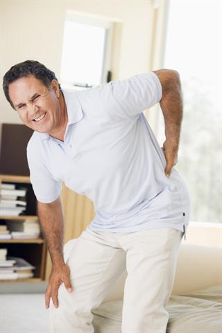 """Rückenleiden sind längst Volkskrankheit Nummer eins. Über die """"richtige"""" Behandlung und vor allem über die vielen Operationen gibt es immer wieder Diskussionen - Foto: djd/ERGO Direkt"""