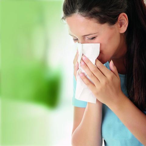 Sanfte Salzlösungen helfen bei verstopfter Nase ganz ohne Nebenwirkungen. - Foto: djd/Aspecton/fotolia.de/Piotr Marcinski
