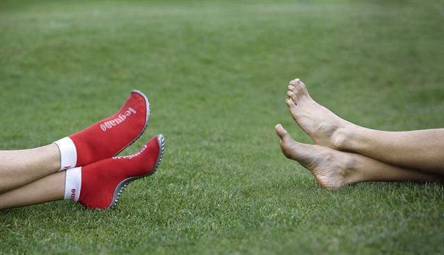 Wer barfuß läuft, hält seine Fußmuskulatur fit. Das ist auch mit speziellen, patentierten Barfußschuhen von Leguano (links im Bild) möglich, welche die empfindlichen Sohlen schützen. - Foto: djd/Leguano GmbH