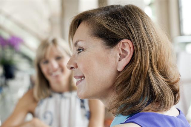 Bei beidohriger Hörgeräteversorgung kommunizieren beide Geräte miteinander und können kabellos Audiosignale in Echtzeit austauschen. Das Ergebnis: deutlich verbessertes Sprachverstehen. - Foto: djd/Phonak