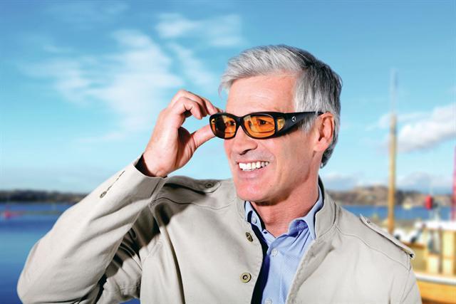 Eine AMD-Comfort-Übersetzbrille schützt vor aggressivem Sonnenlicht und verstärkt das Sehvermögen. - Foto: djd/A. Schweizer