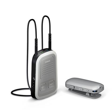 Ein Ansteckmikrofon und ein kleiner Empfänger schaffen eine direkte akustische Verbindung zwischen Sprecher und Hörgeräte-Träger. - Foto: djd/Phonak