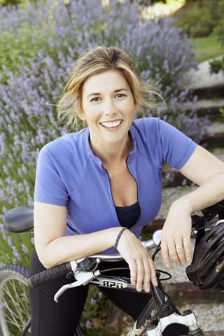 Bewegung an der frischen Luft: Radfahren macht Spaß und ist ideal für Menschen mit Gelenkverschleiß. - Foto: djd/Sanofi
