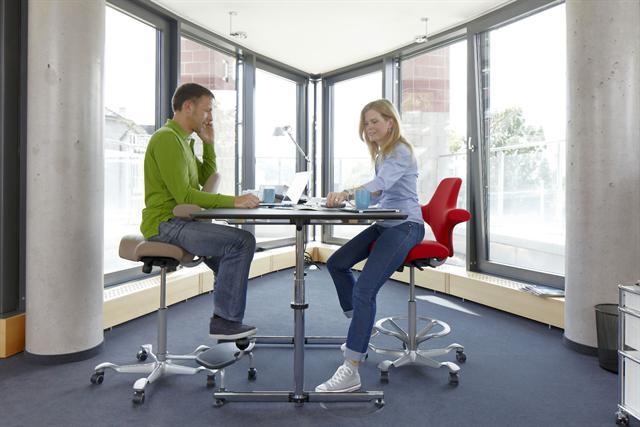 So sitzen, wie es dem Rücken guttut - das ist im Job so wichtig wie daheim. - Foto: djd/HÅG