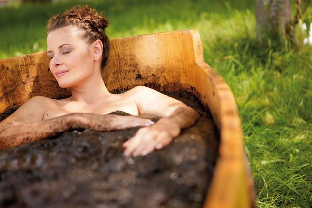 Ein Bad im heißen Naturmoor ist Heilung und Entspannung für Körper und Seele. - Foto: djd/Staatsbad und Touristik Bad Bocklet