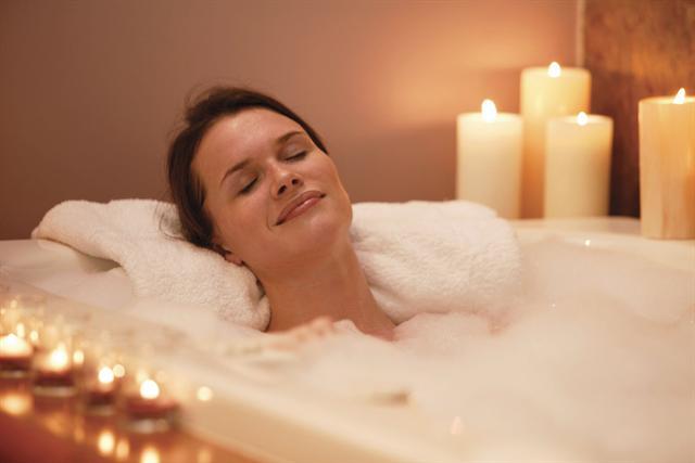 Entspannung muss nicht immer viel Geld kosten - ein hausgemachter Wellness-Tag kann in hektischen Zeiten ebenfalls zur Erholung beitragen. - Foto: djd/frauenblog.ch/thx