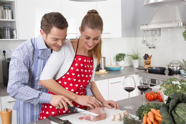 Teamwork: Gemeinsam macht das Nachkochen der lecker-leichten Rezepte noch mehr Spaß. - Foto: djd/formoline.de/fotolia.com/Jeanette Dietl