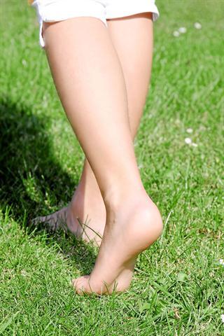 Mit gesunden Füßen durch den Sommer bedeutet für Diabetiker den Verzicht auf das Barfußlaufen. - Foto: djd/Wörwag Pharma