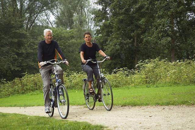 Gelenkschonende Sportarten wie Radfahren sind besonders geeignet für Menschen mit Kniearthrose. - Foto: djd/Sanofi/fotolia.de