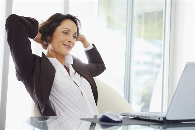 Wer viel am Schreibtisch arbeitet, hat häufig unter Verspannungen zu leiden. - Foto: djd/Trancolong/Corbis