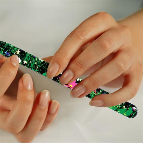 Feilen statt schneiden: Auch im Urlaub sollte man die passenden Pflegeutensilien für die Nägel dabeihaben. - Foto: djd/www.becker-manicure.de