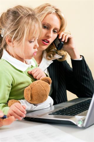 Effektive Angestellte und liebevolle Mutter: Alles-Macher kämpfen oft an zu vielen Fronten. - Foto: djd/Rhodiolan/Fotolia.com/Kzenon