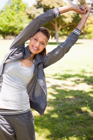 Bei Rückenbeschwerden ist ein Stretching-Programm zur Dehnung der Muskelpartien, die bei Fehlhaltung zur Verkürzung neigen, wichtig. - Foto: djd/Dolovisano/thx