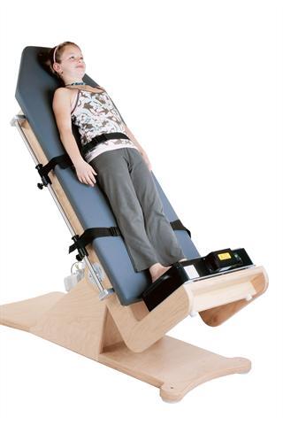 Die Reflexe beim Vibrationstraining können auch bei Menschen genutzt werden, die nicht ohne Hilfsmittel stehen können. Hierzu werden spezielle Kombinationen der Vibrationsplattform mit einer Kippliege angeboten. - Foto: djd/Novotec Medical