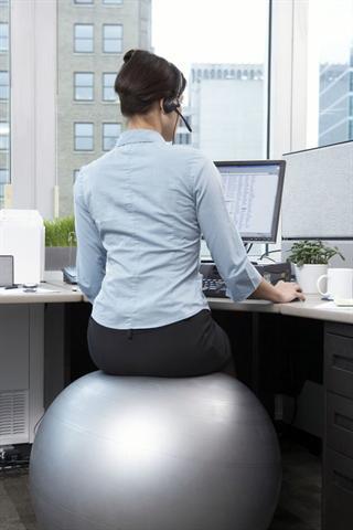 Bei längerem Sitzen sollte man auf häufige Haltungswechsel achten - oder gleich einen beweglichen Hocker oder Ball wählen. - Foto: djd/Dolovisano/Corbis