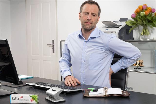 Der Geruch einer Schmerzsalbe kann am Arbeitsplatz als störend empfunden werden. Kytta Geruchsneutral hilft diskret, schnell und stark. - Foto: djd/Kytta