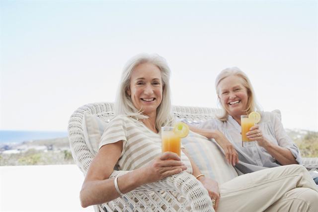 Wer viel trinkt, sorgt dafür, dass die Harnwege gut durchgespült und von krank machenden Bakterien befreit werden. - Foto: djd/Cystorenal-Forschung/Fotosearch
