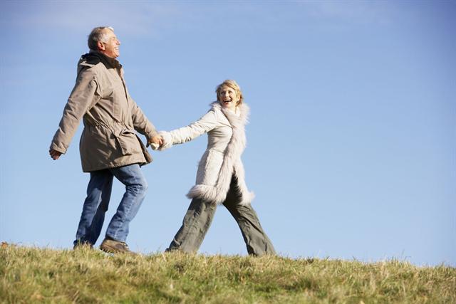 Dick eingepackt und vor Kälte geschützt ist der tägliche Spaziergang eine Wohltat für Arthrose-Patienten. - Foto: djd/stark-gegen-schmerz.de/thx