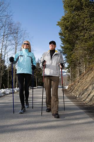 Das Ausüben gelenkschonender Sportarten wie Nordic Walking kann Gelenk- und Muskelschmerzen lindern und ihnen sogar vorbeugen. - Foto: djd/doc Schmerzgel
