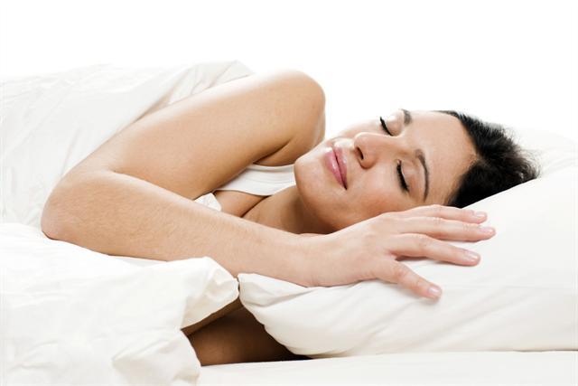 Erholsamer Schlaf ist für viele Frauen in den Wechseljahren nur ein schöner Traum. Eine Hormonersatztherapie kann Nervosität und Schlafstörungen lindern. - Foto: djd/Gynokadin/thx