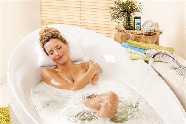 Schon bei den ersten Anzeichen einer Erkältung kann ein Erkältungsbad mit ätherischen Ölen helfen, die Erkältung abzuwehren oder die Symptome zu lindern. - Foto: djd/tetesept