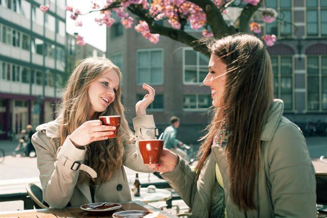 Über manche Probleme sprechen Frauen am liebsten mit ihrer besten Freundin. - Foto: djd/Chiesi GmbH/Aliaksei Kaponia/fotolia.com