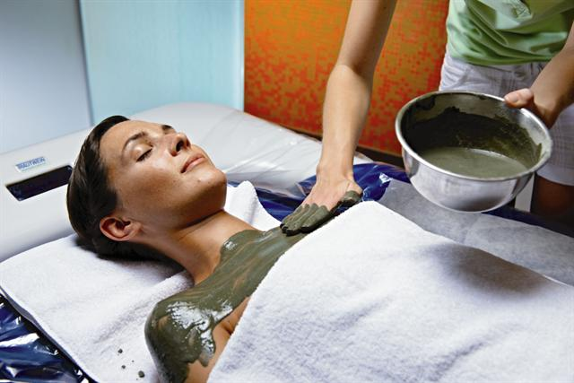 Auch die Spreewald Therme mit angeschlossenem Vier-Sterne-Hotel setzt bei der Kosmetik und Wellness-Anwendungen auf die geballte Kraft des Spreewalds. - Foto: djd/Spreewald Therme GmbH