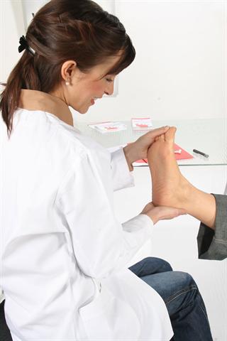 Nervenschäden durch Diabetes zeigen sich oft zuerst an den Füßen. - Foto: djd/Wörwag Pharma