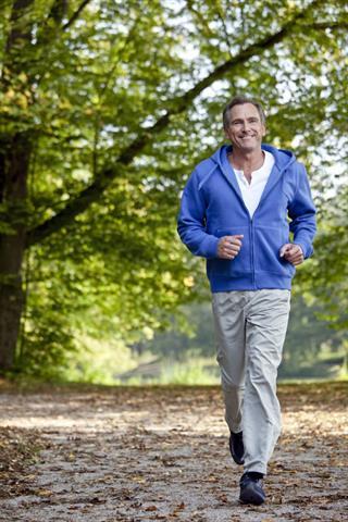 Regelmäßiges Jogging hilft beim Kampf gegen Übergewicht. Denn allzu üppiges Bauchfett wirkt ungünstig auf viele Stoffwechselvorgänge und auch auf den Testosteronspiegel. - Foto: djd/Androtop/L.Bloom