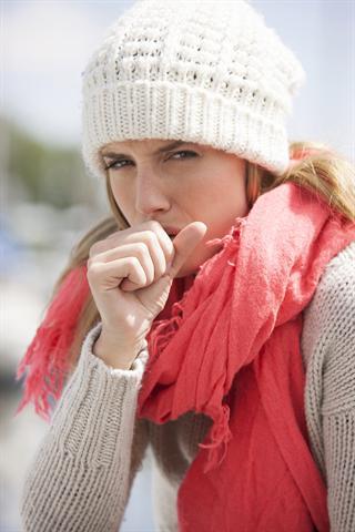 Neben Schnupfen gehört Reizhusten zu den typischen Erkältungssymptomen. - Foto: djd/G. Pohl-Boskamp