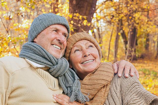 Den Winter zu genießen, fällt vielen Rheumatikern schwer, denn bei nasskalter Witterung leiden die Betroffenen verstärkt unter Schmerzen. - Foto: djd/MSD/detailblick/fotolia.com