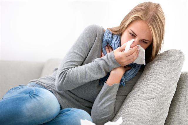 Die Infektanfälligkeit steigt bei trockenen Nasenschleimhäuten signifikant an. - Foto: djd/Aspecton/fotolia.com/Alexander Rath