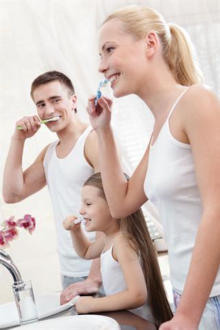 Gründlich Zähne putzen - das muss sein. Bei empfindlichen Zähnen können herkömmliche Cremes allerdings dem Schmelz schaden. - Foto: djd/denttabs/Urheberrechte am Bild Karamba Solution, mit Nutzungslizenz von Shutterstock.com
