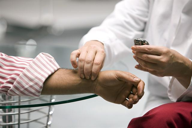 Der Ruhepuls ist ein wichtiger Faktor für die Herzgesundheit. Bei Patienten mit Vorerkrankungen sollte er regelmäßig kontrolliert werden. - Foto: djd/pulsgesund.de