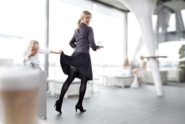 Wer beruflich den ganzen Tag auf den Beinen ist, kann mit Kompressionsstrümpfen die Venen entlasten und Schwellungen sowie Spannungsgefühle vermeiden. Viele Tipps zur Venengesundheit gibt der Ratgeber