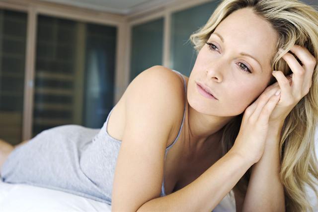 Viele Frauen in der Mitte des Lebens liegen nachts mit Sorgen wach. - Foto: djd/Neurexan/P.Broze