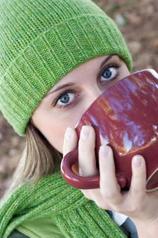 Bei den ersten Erkältungssymptomen bieten die Cevitt-Heißgetränke dem Immunsystem wertvolle Unterstützung und können außerdem wie Balsam für die Seele wirken. - Foto: djd/Cevitt