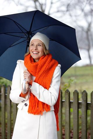 Ein langer Spaziergang im Freien fördert auch an trüben Tagen die Vitamin D-Produktion im Körper und kann das Immunsystem stärken. - Foto: djd/Orthomol