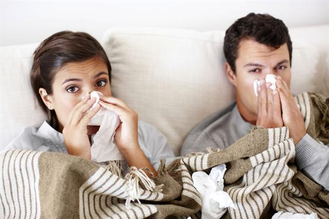 Erkältungsviren aus dem Weg zu gehen ist bisher schwierig - Forscher haben nun nach ersten erfolgreichen Tests die Hoffnung, bald einen Impfstoff zu finden. - Foto: djd/Bayer HealthCare Deutschland (Aspirin)/getty images