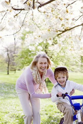 Wichtig für starke Knochen ist regelmäßige Bewegung. Sie dient nicht nur der Vorbeugung, sondern kann auch helfen, den Knochenschwund zu bremsen. - Foto: djd/osteoporose.de/R.Lewine