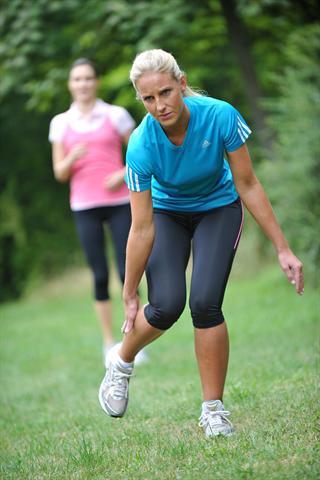 Aufgepasst: Wenn beim Joggen Krämpfe auftreten, hat der Körper zu viele Mineralstoffe verloren und braucht dringend Magnesium. - Foto: djd/Diasporal