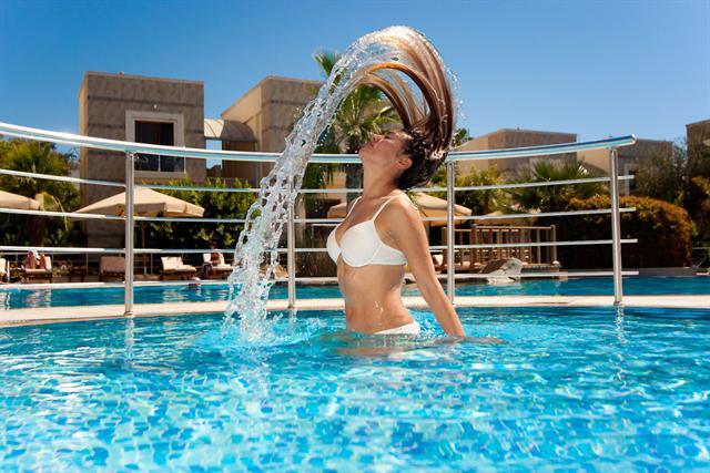 Für die Haare bedeuten gechlortes Wasser und direkte Sonneneinstrahlung eine enorme Belastung. - Foto: djd/www.wenigerhaarausfall.de/fotolia.com/Murat Subatli