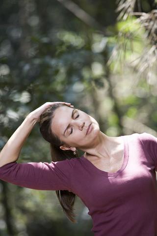 Schmerzhaftes Ziehen, Spannen und Schweregefühl in der Brust treten häufig im Zusammenhang mit den Wechseljahren auf. - Foto: djd/Progestogel/thx