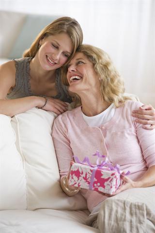 Viele Schönheitstipps werden von Frau zu Frau weitergegeben, etwa von der Mutter an die Tochter. - Foto: djd/Merz Spezial Dragees
