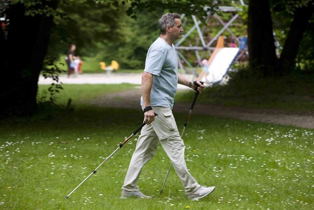 Mit Ausdauersportarten wie Nordic Walking kann man den Ruhepuls senken und seinem Herzen viel Gutes tun. - Foto: djd/pulsgesund.de