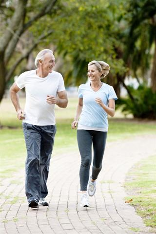 Regelmäßiges Laufen ist bei gesunden Gelenken auch in fortgeschrittenem Alter kein Problem. - Foto: djd/CH-Alpha/istockphoto.com/Neustockimages