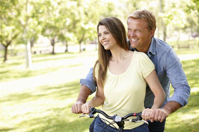 Partnerschaft und Freizeit aktiv genießen: Dazu gehört beim Mann auch ein ausgeglichener Testosteronspiegel. - Foto: djd/Testogel/thx