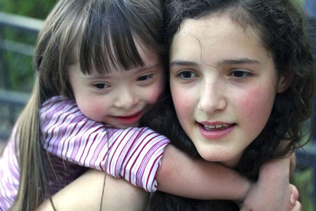Starke Bande - für die Geschwister kranker oder behinderter Kinder ist es häufig selbstverständlich, dass sie viel Rücksicht nehmen müssen. Und die meisten kommen gut mit der Situation zurecht. - Foto: djd/IKK classic/thx