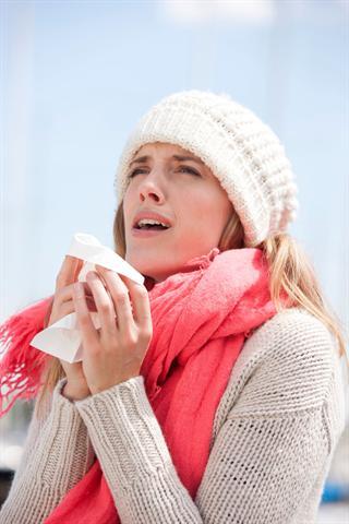 Beim Husten oder Niesen wird oft der ganze Körper erschüttert, was Erkältete auf Dauer schwächen kann. - Foto: djd/G. Pohl-Boskamp